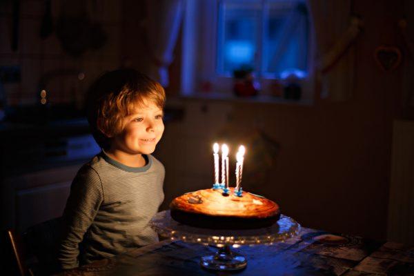 Мальчик с именинным пирогом