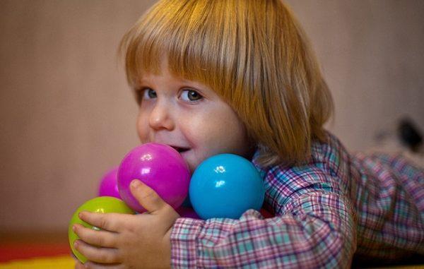 Мальчик с мячиками