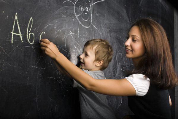 Мальчик с учительницей у доски