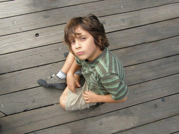 Мальчик сидит на полу
