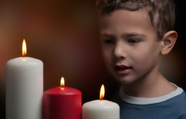 Мальчик смотрит на свечи