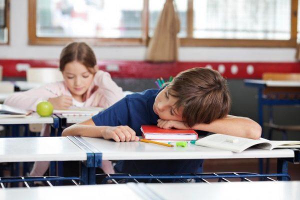 Мальчик спит на уроке