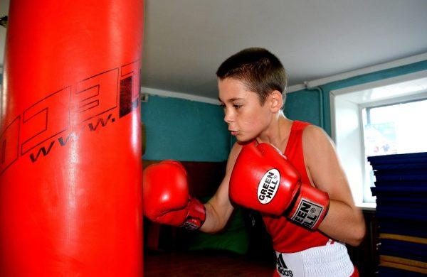 Мальчик в боксёрских перчатках