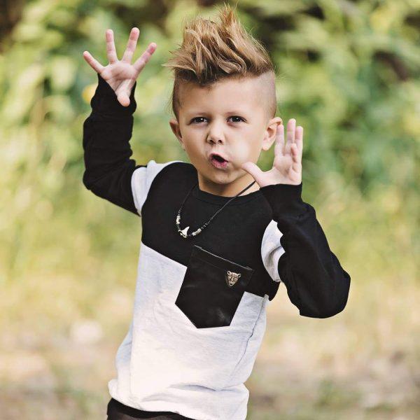 Мальчик в чёрно-белой кофте