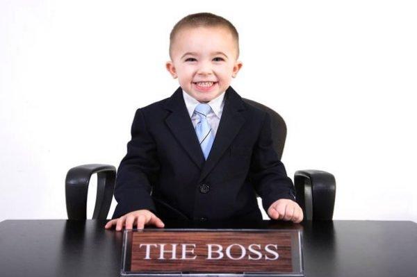 Мальчик в костюме на месте директора