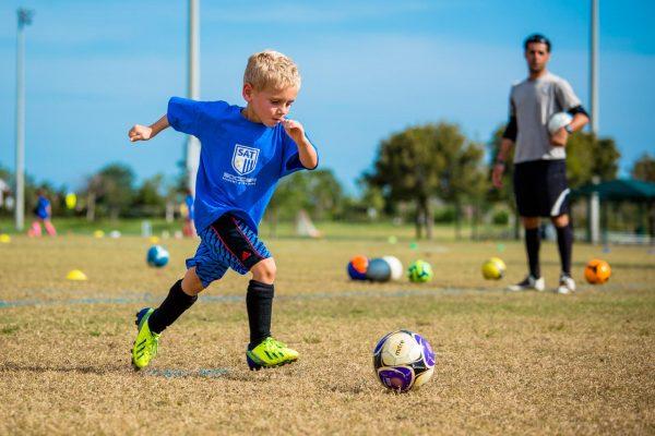 Мальчик занимается футболом