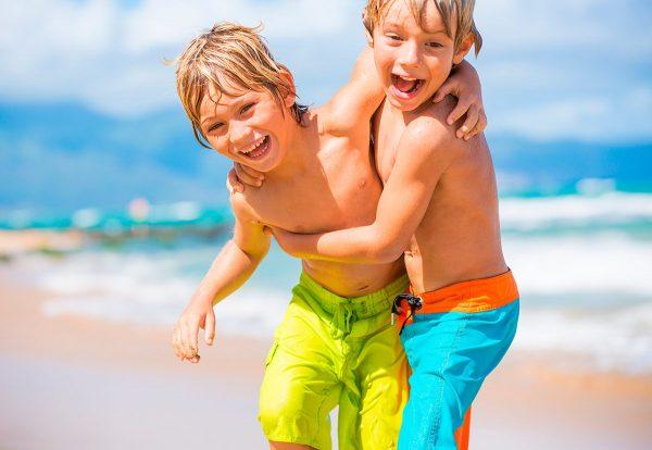 Мальчики на пляже