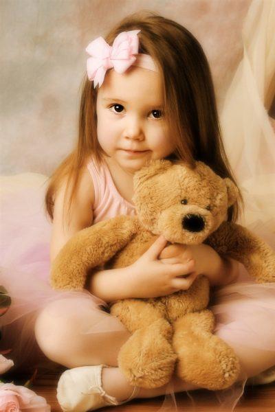 Маленькая девочка с плюшевым мишкой
