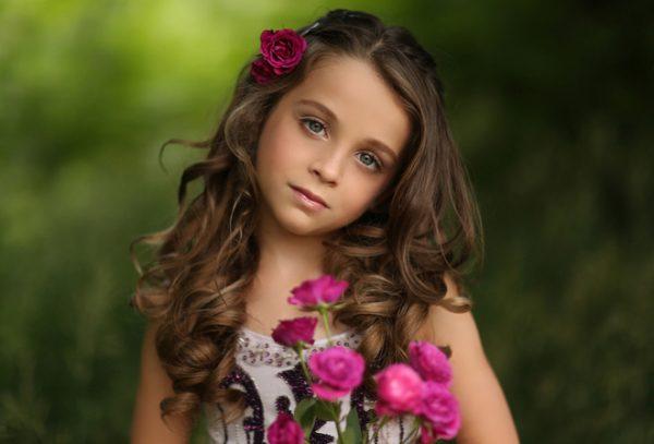 Маленькая девочка с цветами