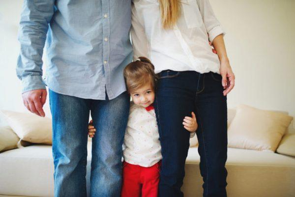 Малышка между мамой и папой