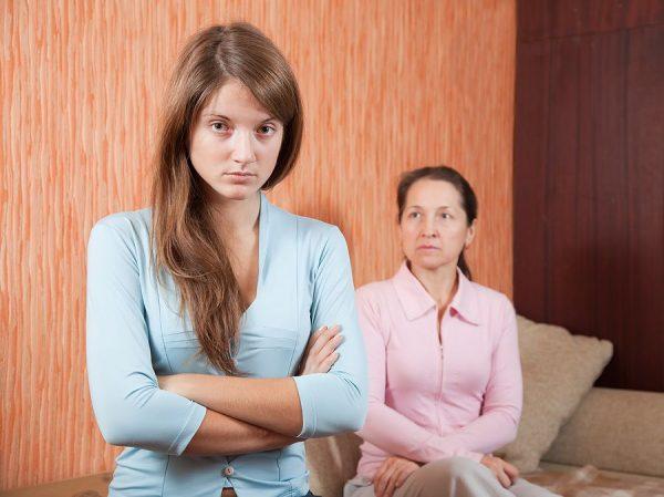 Мать порицает дочь