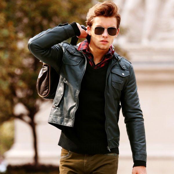 Молодой человек в солнечных очках