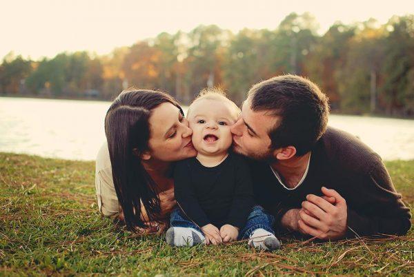 Муж, жена и ребёнок на берегу реки