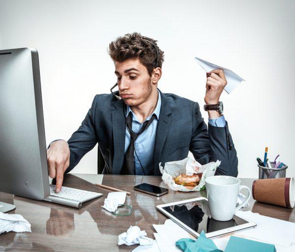 Мужчина бездельничает на работе
