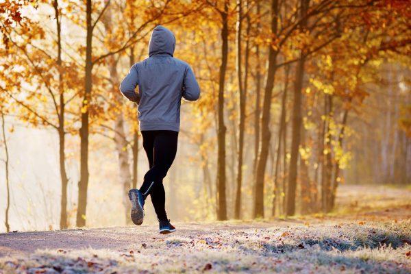 Мужчина бежит по парку
