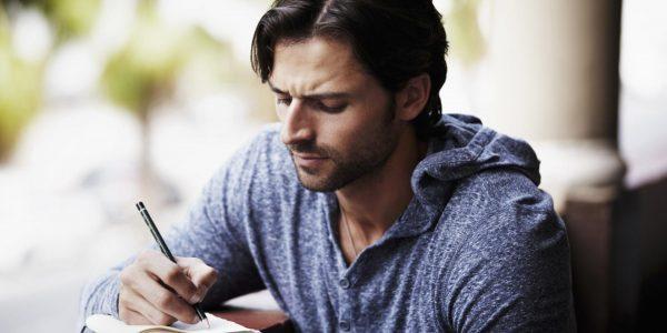 Мужчина что-то пишет
