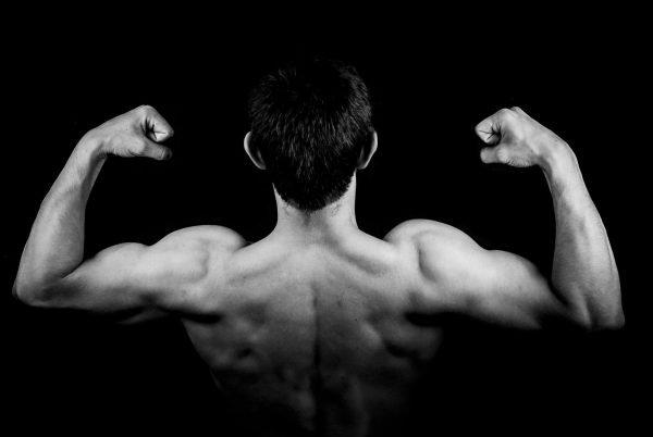 Мужчина демонстрирует мускулы