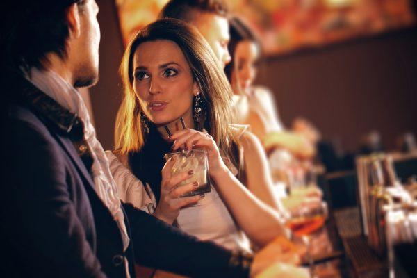 Мужчина и девушка в баре