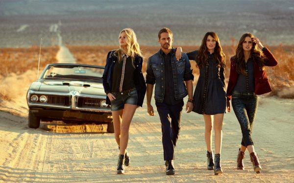 Мужчина и три девушки на дороге