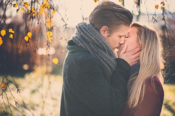 Мужчина и женщина целуются на улице