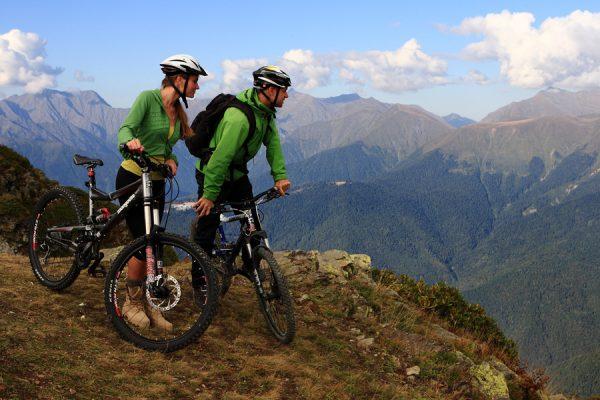 Мужчина и женщина на велосипедах в горах