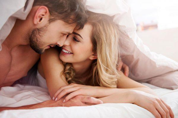 Мужчина и женщина под одеялом
