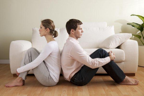 Мужчина и женщина сидят спинами друг к другу
