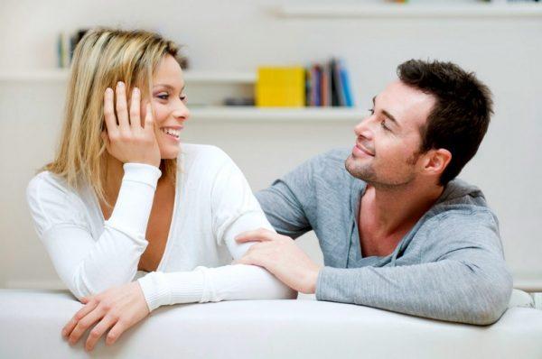 Мужчина и женщина смотрят друг на друга