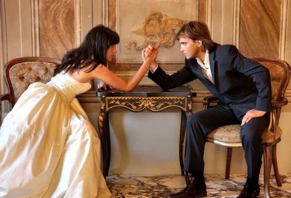 Мужчина и женщина в свадебных костюмах