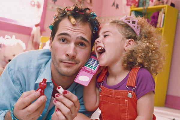 Мужчина играет с дочкой