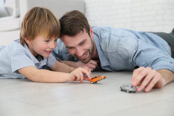 Мужчина играет с сыном