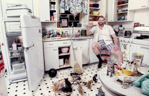 Мужчина на грязной кухне