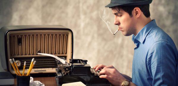 Мужчина печатает на машинке