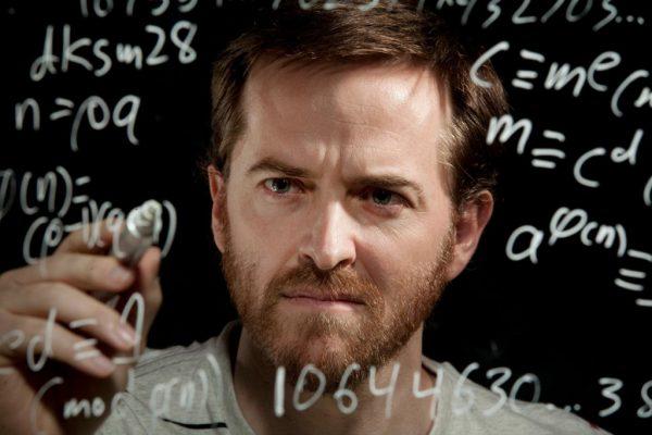 Мужчина решает уравнения