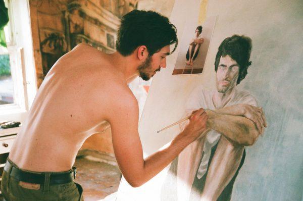 Мужчина рисует портрет