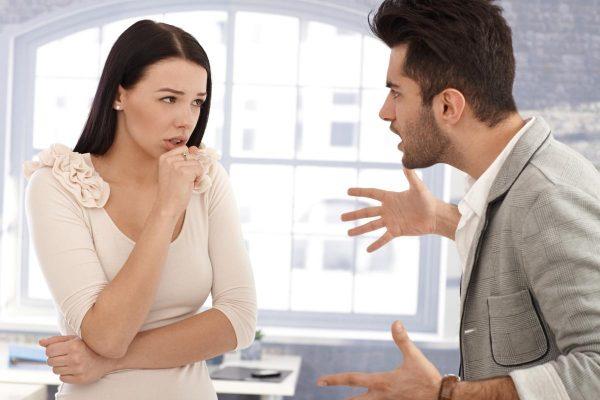 Мужчина ругается с женщиной