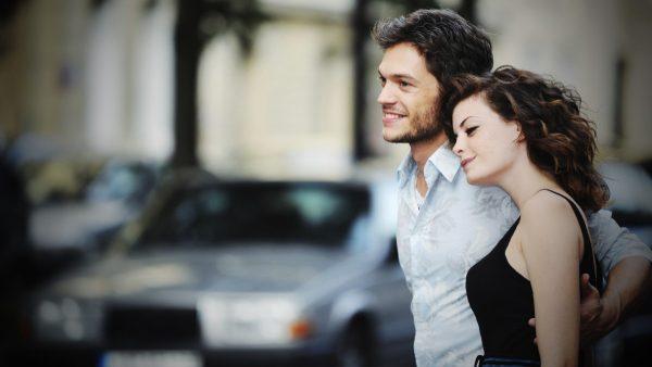 Мужчина с девушкой гуляют