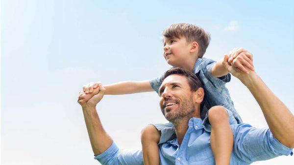 Мужчина с сыном на плечах