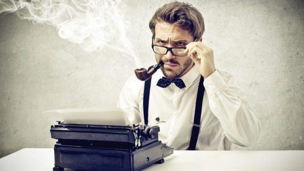 Мужчина с трубкой и печатной машинкой