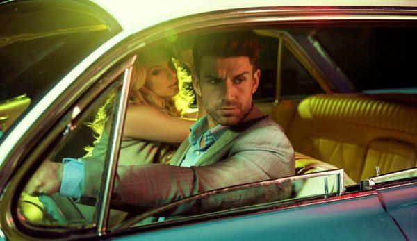 Мужчина с женщиной в автомобиле