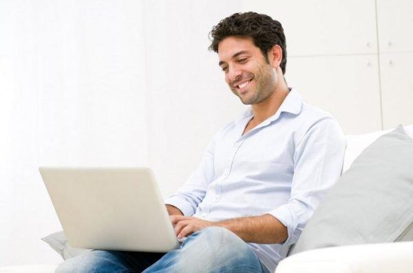 Мужчина сидит на компьютером