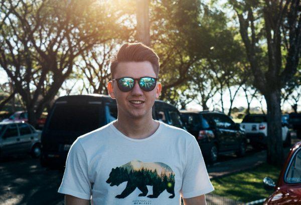Мужчина в футболке с медведем