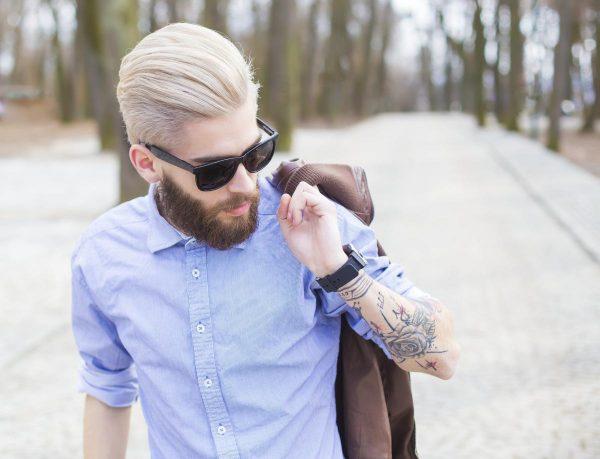 Мужчина в голубой рубашке