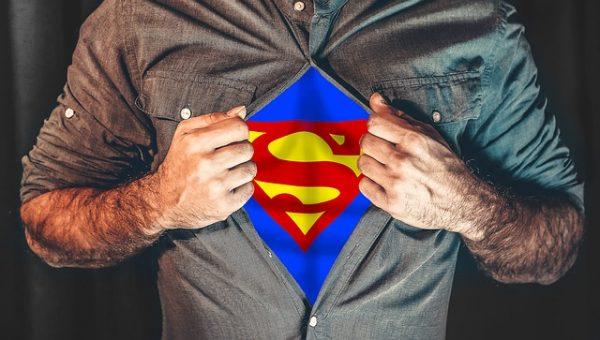 Мужчина в костюме супергероя
