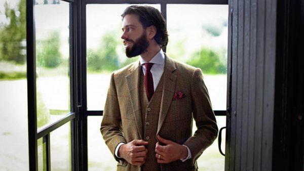 Мужчина в костюме у окна