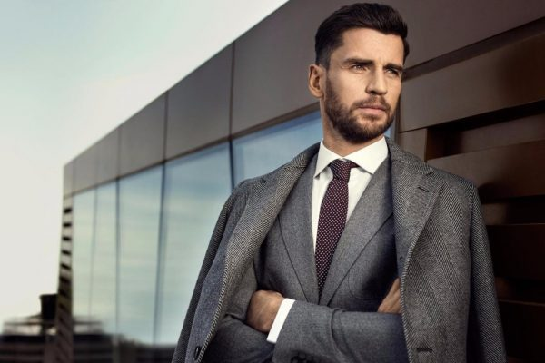 Мужчина в пиджаке и галстуке