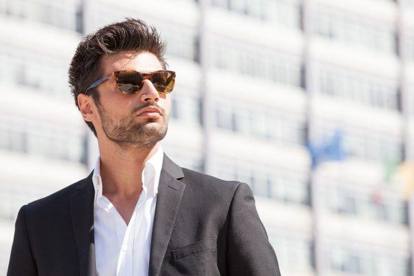 Мужчина в пиджаке и солнечных очках