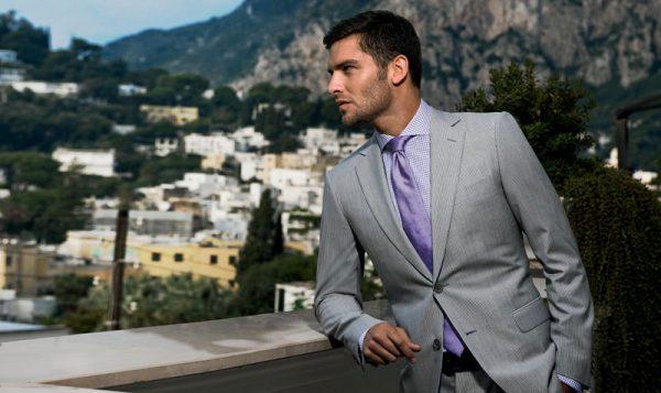 Мужчина в пиджаке смотрит на город