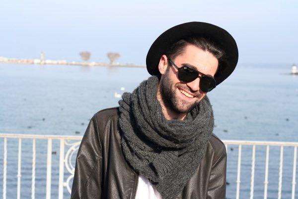 Мужчина в шляпе и шарфе