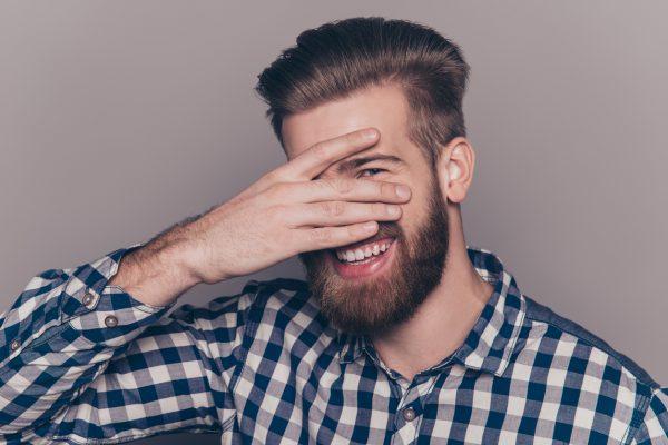 Мужчина закрывает лицо